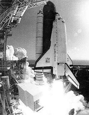 1983年:航天飞机上直径为160英尺的瓣状结构的